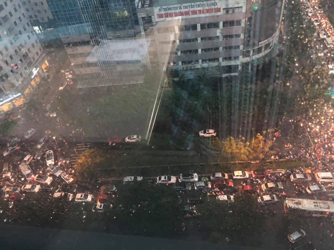 Đường phố Hà Nội tắc cứng trong cơn mưa lớn, đường Lê Văn Lương thất thủ-5