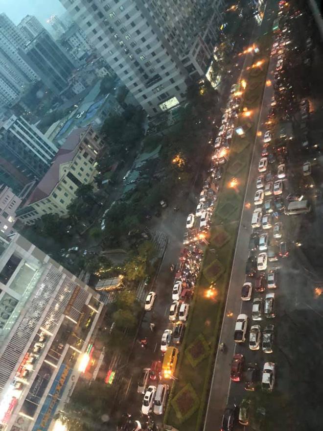 Đường phố Hà Nội tắc cứng trong cơn mưa lớn, đường Lê Văn Lương thất thủ-6