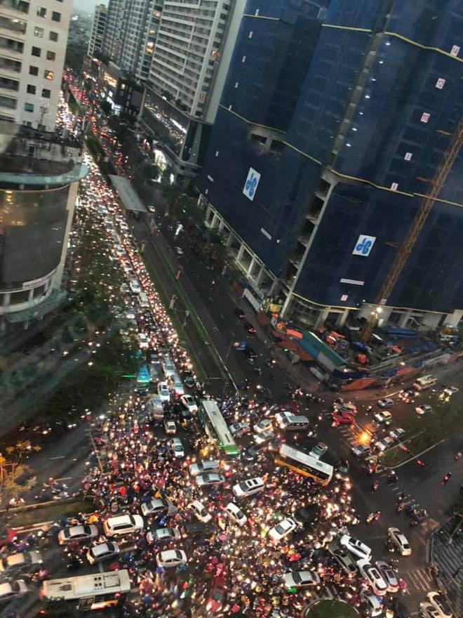 Đường phố Hà Nội tắc cứng trong cơn mưa lớn, đường Lê Văn Lương thất thủ-7