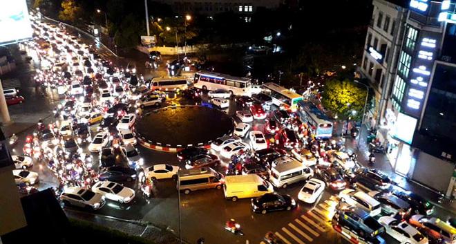 Đường phố Hà Nội tắc cứng trong cơn mưa lớn, đường Lê Văn Lương thất thủ-12