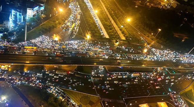 Đường phố Hà Nội tắc cứng trong cơn mưa lớn, đường Lê Văn Lương thất thủ-13