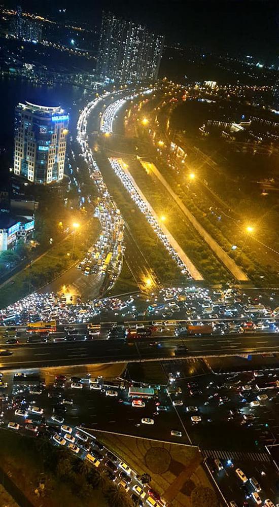 Đường phố Hà Nội tắc cứng trong cơn mưa lớn, đường Lê Văn Lương thất thủ-14