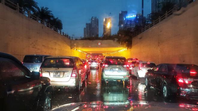 Đường phố Hà Nội tắc cứng trong cơn mưa lớn, đường Lê Văn Lương thất thủ-15