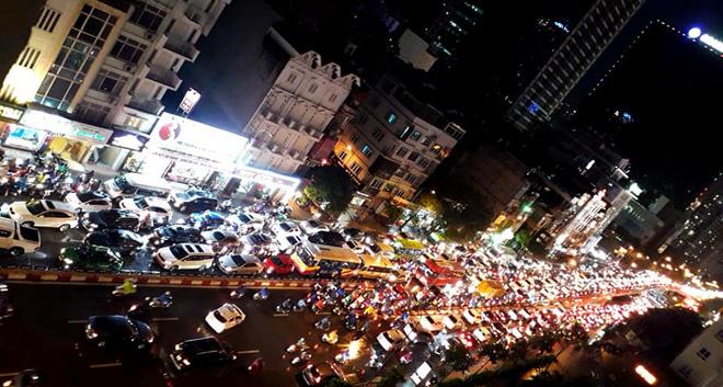 Đường phố Hà Nội tắc cứng trong cơn mưa lớn, đường Lê Văn Lương thất thủ-9