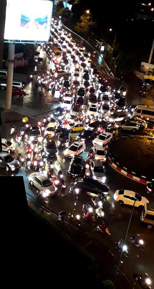 Đường phố Hà Nội tắc cứng trong cơn mưa lớn, đường Lê Văn Lương thất thủ-10