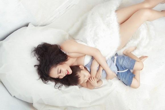 Phi Thanh Vân đăng loạt ảnh gợi cảm bên con trai và cho biết mình có số vượng phu ích tử-4