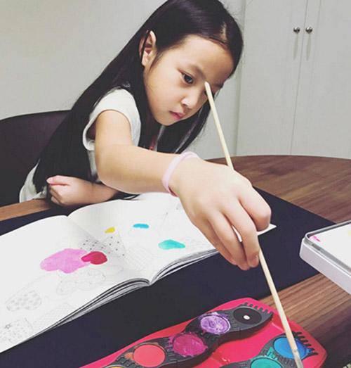 Ít ai ngờ, con gái Triệu Vy 10 tuổi, ăn mặc quê mùa lại chính thức thành nữ đại gia-4