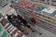Khách hàng lao vào đánh nhân viên gãy tay vì bị nhắc đeo khẩu trang