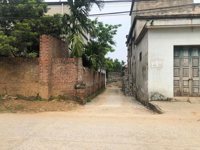 Tiếp tục cưỡng chế, phá tường giải cứu cụ bà gần 80 tuổi ốm liệt giường bị hàng xóm nhốt trong nhà-2