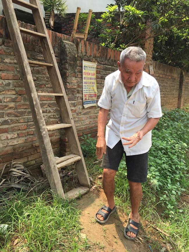 Tiếp tục cưỡng chế, phá tường giải cứu cụ bà gần 80 tuổi ốm liệt giường bị hàng xóm nhốt trong nhà-4