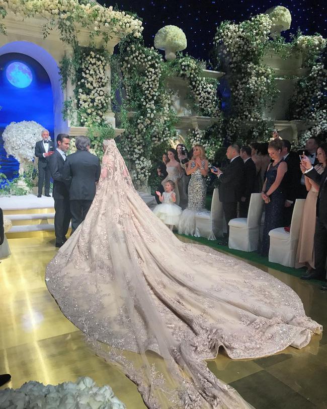 3 năm sau khi gây chú ý vì chi gần 230 tỷ đồng mua váy cưới, tiểu thư nước Nga có cuộc sống với lối rẽ không ai nghĩ đến-3