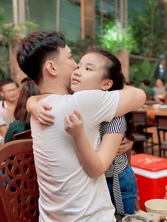 Con gái MC Thành Trung khóc òa khi gặp lại bố sau thời gian dài giãn cách do Covid-19-4