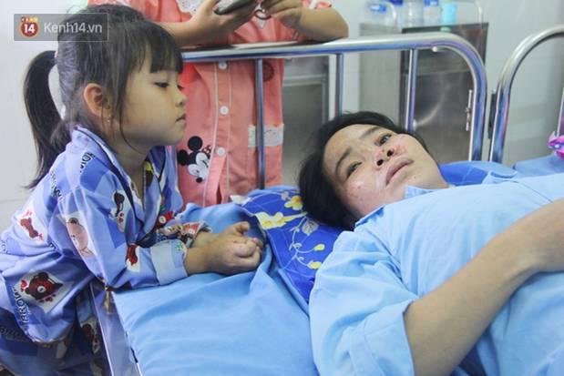 Bố mẹ bị vùi trong đống đổ nát vụ sập công trình kinh hoàng, 2 đứa trẻ bơ vơ trong bệnh viện: Tụi nhỏ không chịu ăn, cứ lo mẹ sẽ chết-2