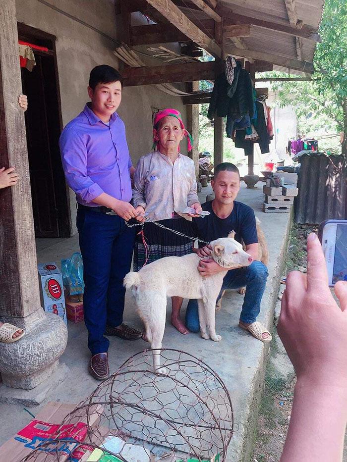 Cụ bà HMông khóc thương khi phải bán chó, thanh niên vượt 140km tặng lại bà-1