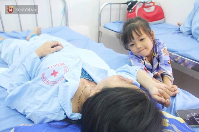 Bố mẹ bị vùi trong đống đổ nát vụ sập công trình kinh hoàng, 2 đứa trẻ bơ vơ trong bệnh viện: Tụi nhỏ không chịu ăn, cứ lo mẹ sẽ chết-5