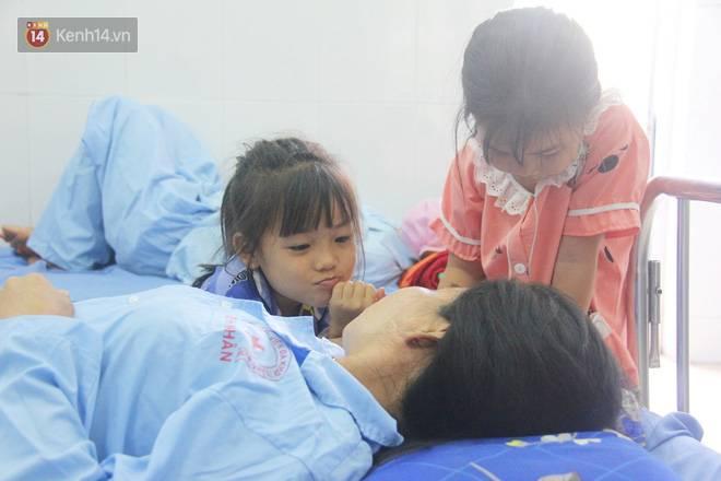 Bố mẹ bị vùi trong đống đổ nát vụ sập công trình kinh hoàng, 2 đứa trẻ bơ vơ trong bệnh viện: Tụi nhỏ không chịu ăn, cứ lo mẹ sẽ chết-6