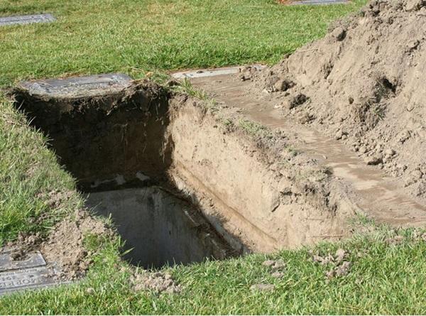 Bé gái 7 tuổi qua đời trong sự thương xót của dư luận, cảnh sát khai quật mộ đứa trẻ và phát hiện việc làm tàn độc của người mẹ-5