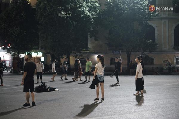 Dân tình phấn khởi kéo nhau lên phố đi bộ hồ Gươm sau hơn 3 tháng phải tạm dừng vì dịch Covid-19-2