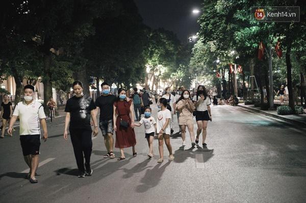 Dân tình phấn khởi kéo nhau lên phố đi bộ hồ Gươm sau hơn 3 tháng phải tạm dừng vì dịch Covid-19-3
