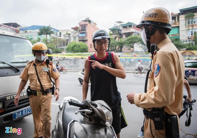 Người dân ùn ùn đi mua bảo hiểm xe máy, ôtô khi CSGT tổng kiểm soát-1
