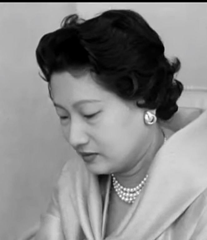 Nam Phương Hoàng Hậu: Người đàn bà phải lòng Dior nhưng phân nửa đời vẫn mực thước với Áo dài-20