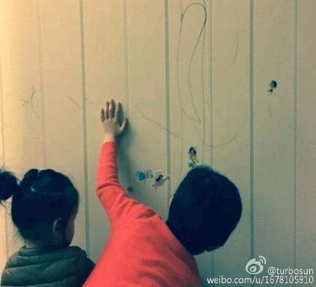 Mặc cho Tôn Lệ phản đối, Đặng Siêu vẫn cho hai con vẽ chằng chịt lên tường nhà vì lý do mà ai nghe thấy cũng phải khen ngợi-1