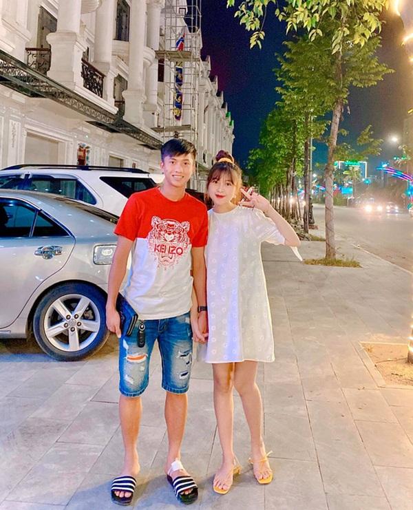 Văn Đức đưa Nhật Linh đi dạo phố cuối tuần, nàng mang bầu vẫn xinh đẹp rạng ngời nhưng đáng chú ý nhất lại là vết thương ở chân Văn Đức-1