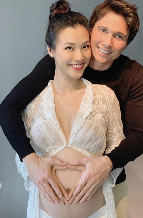MC Hoàng Oanh lần đầu khoe bụng bầu lớn vượt mặt, nhan sắc những tháng cuối thai kỳ gây chú ý-2