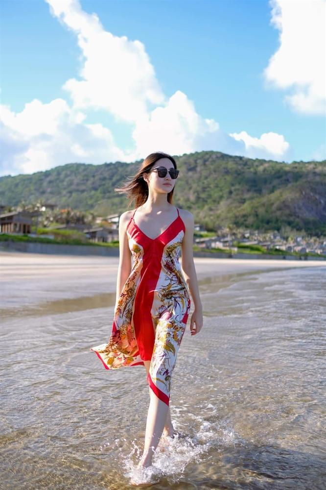 Hoa hậu Lương Thùy Linh diện váy hai dây khoe thềm ngực nõn nà khó cưỡng-1