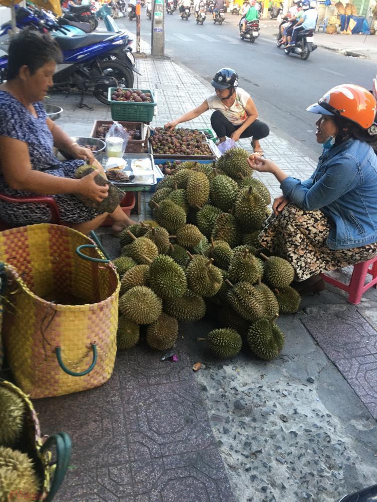 Vua của các loại trái cây đại hạ giá ở vỉa hè Sài Gòn, vì sao?-1