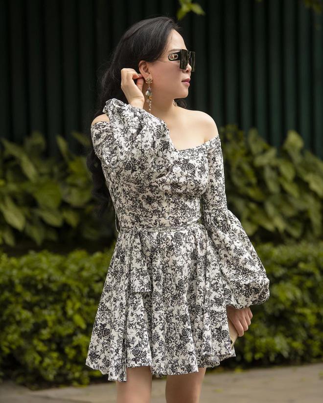 Ngoài 40 vẫn bung lụa diện crop top cho bằng chị bằng em, Phượng Chanel gây choáng vì eo thon bất ngờ-9