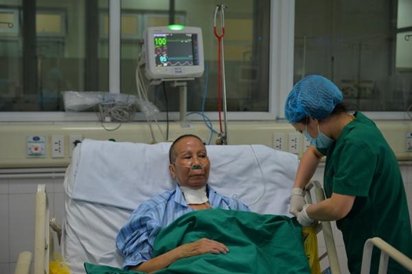 BS kể chuyện điều trị bệnh nhân Covid-19 nặng: 8 người thay nhau ép tim rã rời tay, có lúc tưởng buông bỏ...-1