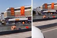 Người đàn ông thản nhiên 'thả rông' ngồi nghịch nước dưới chân cột đồng hồ 35 tỷ giữa trung tâm TP Hạ Long