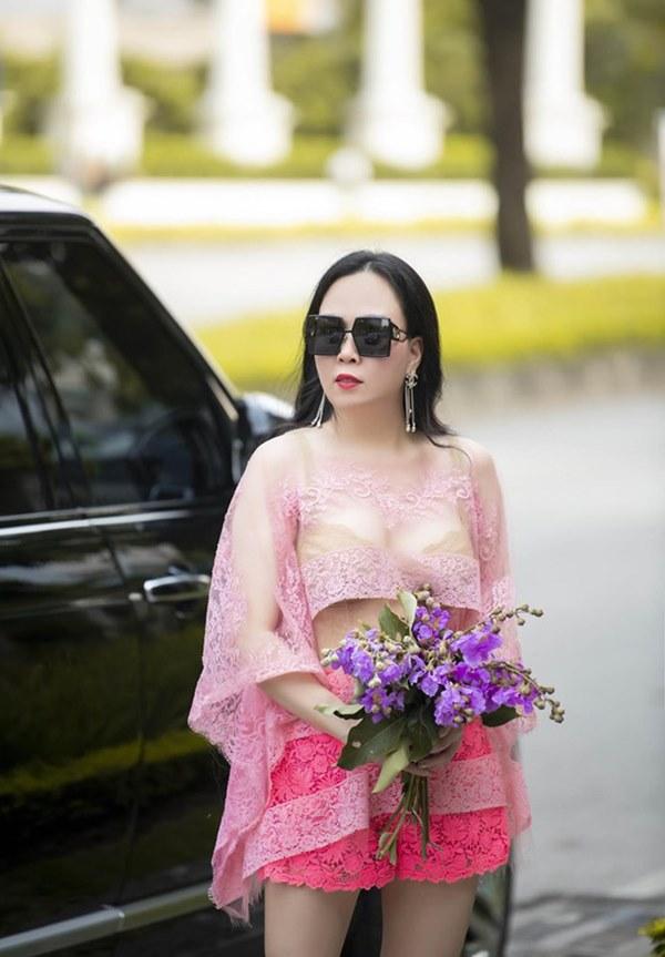 Phượng Chanel liên tục gây chú ý với gu ăn mặc-3