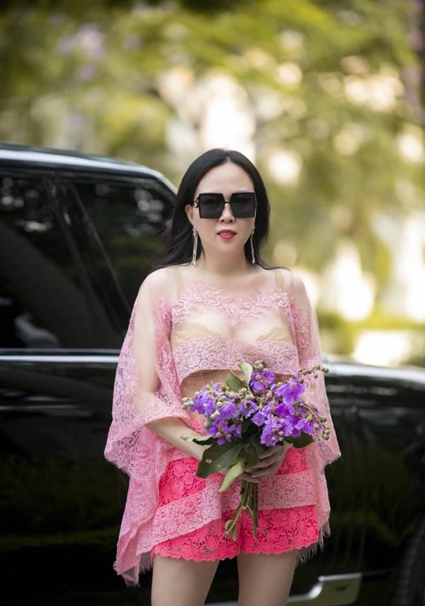 Phượng Chanel liên tục gây chú ý với gu ăn mặc-4