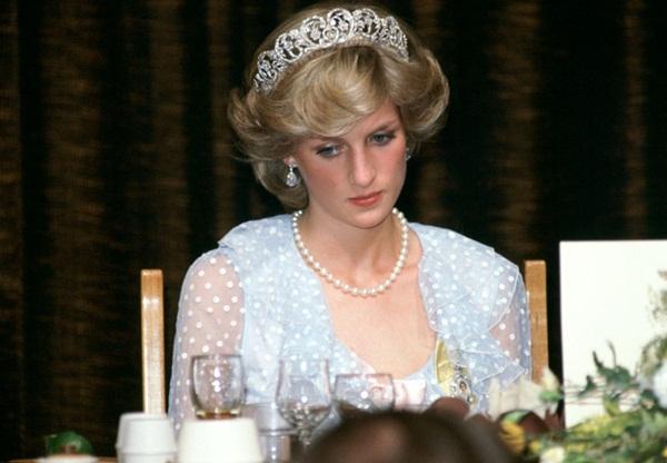 Sự thật phía sau bức ảnh Công nương Diana bật khóc tại sân bay: Cứ ngỡ cuộc chia ly xúc động hóa ra là giây phút biết mình là người thừa-3
