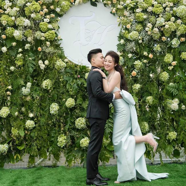 Cô dâu 200 cây vàng ở Nam Định thon gọn ngoạn mục so với lúc bầu, khoe nhan sắc lộng lẫy trong bữa tiệc của con gái đầu lòng-1