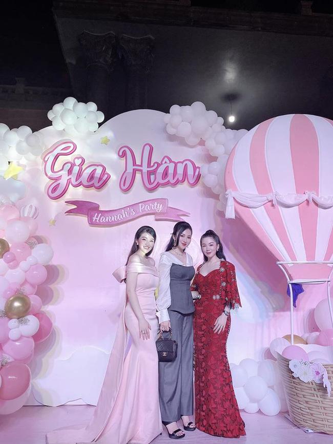 Cô dâu 200 cây vàng ở Nam Định thon gọn ngoạn mục so với lúc bầu, khoe nhan sắc lộng lẫy trong bữa tiệc của con gái đầu lòng-8