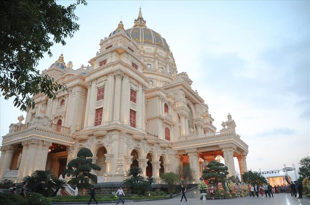 Chiêm ngưỡng lâu đài mạ vàng gây choáng của đại gia Ninh Bình-2