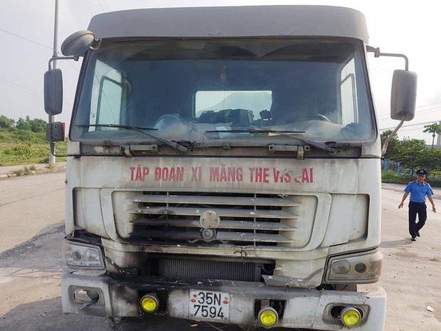 Kỳ lạ chiếc xe chở đầy hàng bị bỏ lại, cán bộ giao thông phải túc trực tìm chủ-1