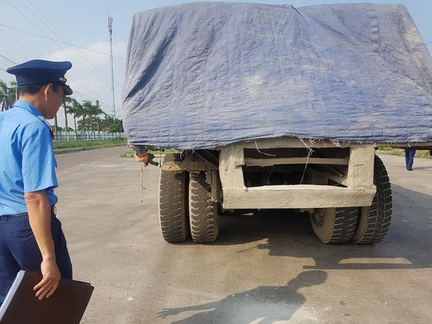 Kỳ lạ chiếc xe chở đầy hàng bị bỏ lại, cán bộ giao thông phải túc trực tìm chủ-2