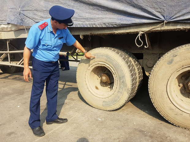 Kỳ lạ chiếc xe chở đầy hàng bị bỏ lại, cán bộ giao thông phải túc trực tìm chủ-3