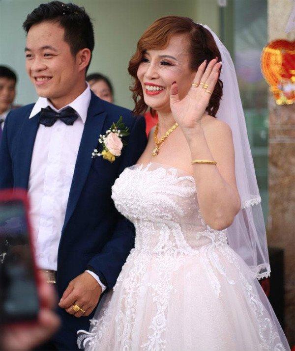 Cô dâu 62 tuổi cùng chồng trẻ lặn lội vào Đồng Nai gặp cô dâu 65 tuổi, giãi bày cách vượt dư luận và giữ hạnh phúc-1