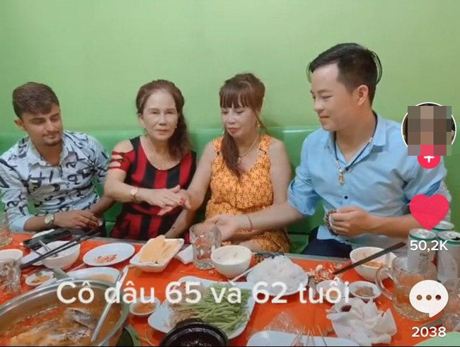 Cô dâu 62 tuổi cùng chồng trẻ lặn lội vào Đồng Nai gặp cô dâu 65 tuổi, giãi bày cách vượt dư luận và giữ hạnh phúc-3