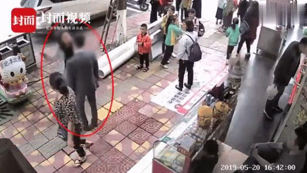 Chàng trai bị bạn gái tát 52 phát vì không mua tặng điện thoại-1