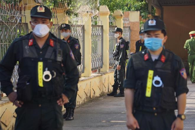 An ninh thắt chặt trong phiên tòa xét xử vụ gian lận thi cử ở Sơn La-5