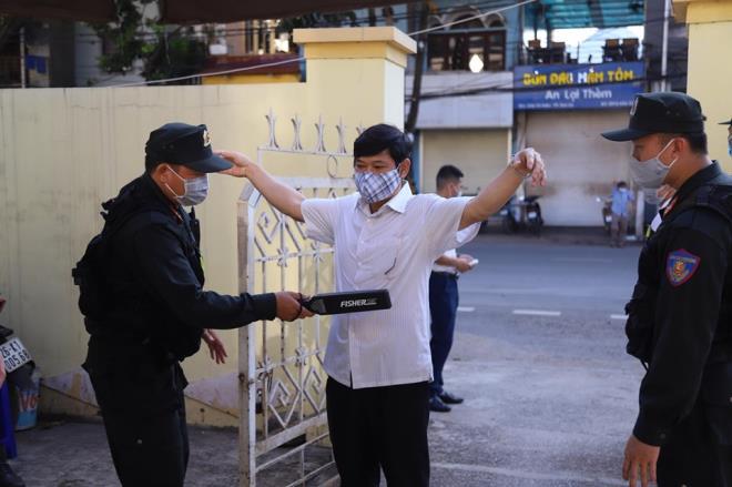 An ninh thắt chặt trong phiên tòa xét xử vụ gian lận thi cử ở Sơn La-6
