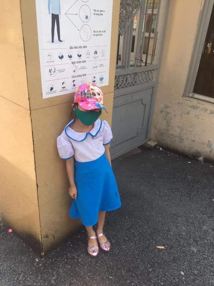 Vụ việc bé gái bị phê bình vì đi học sớm, phải đứng ngoài cổng trường giữa trưa nắng 40 độ, phụ huynh bức xúc: Con hiện giờ rất sợ cô-1