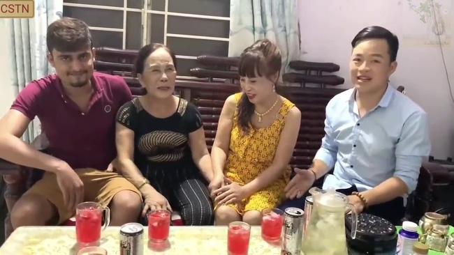 Cô dâu 65 tuổi lấy chồng ngoại 24 tuổi khoe ảnh cưới cực ngầu sau khi gặp mặt cặp đôi vợ chồng 62 - 26-2