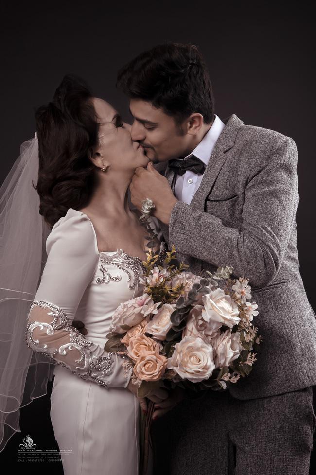 Cô dâu 65 tuổi lấy chồng ngoại 24 tuổi khoe ảnh cưới cực ngầu sau khi gặp mặt cặp đôi vợ chồng 62 - 26-3